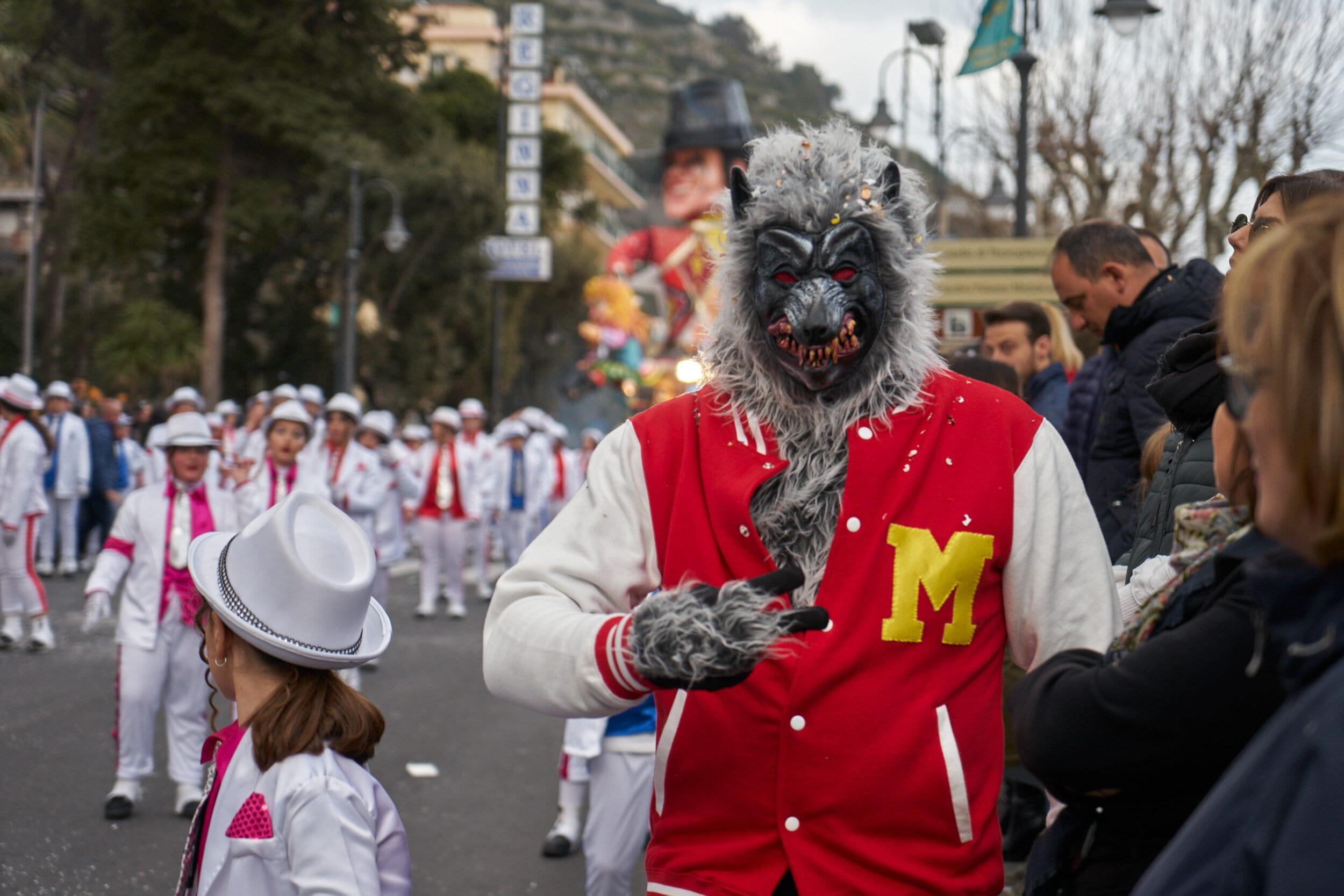Повозки и танцы на Карнавале в Майори 1 марта