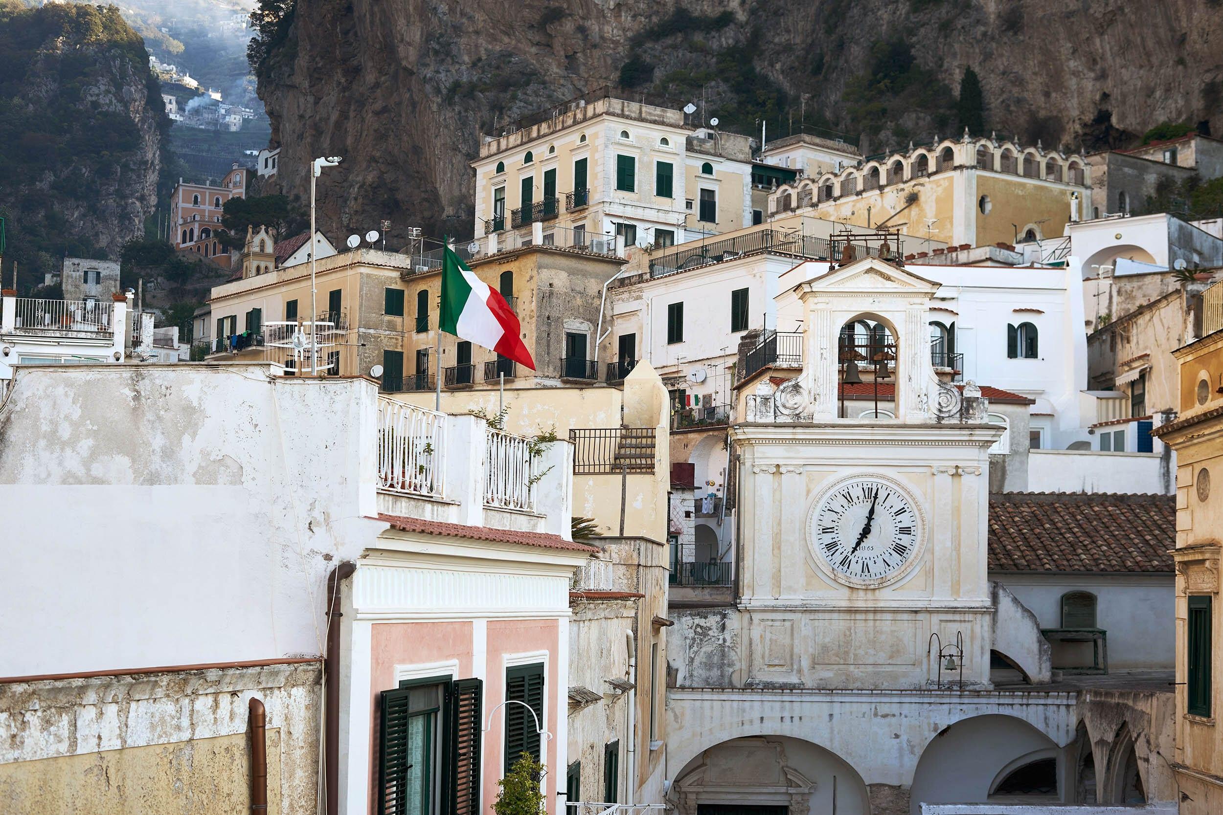 Атрани с флагом Италии