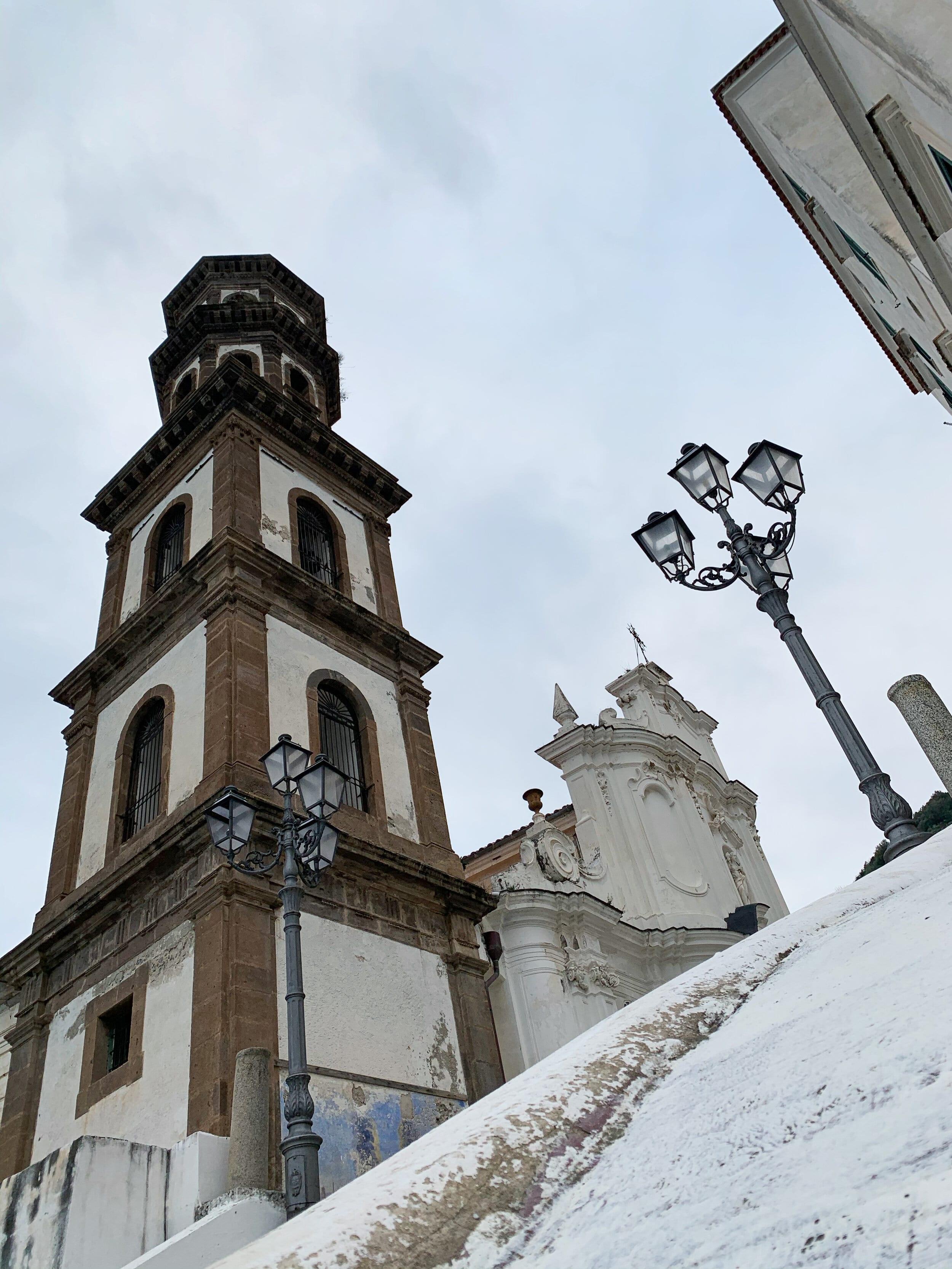 Колокольня 1500 года состоит из пяти этажей; первые три квадратные, последние два восмиугольники.